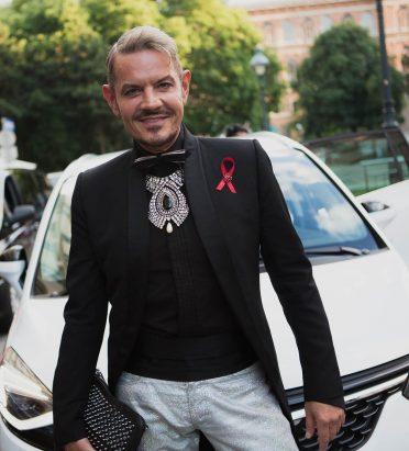 Dirk Heidemann, deutscher Tanzsport-Trainer und Juror der jüngsten Dancing Stars-Serie vor einem Insignia.