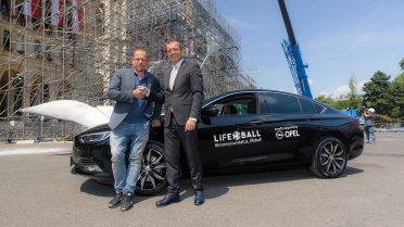 Feierliche Übergabe des Autoschlüssels zum Insignia Grand Sport - Life Ball-Begründer und –Organisator Gery Keszler (l) wird ihn ein Jahr lang fahren (r. Alexander Struckl/Geschäftsführer General Motors Austria).