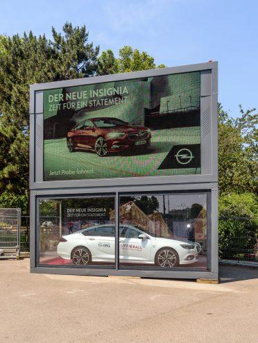 Werbung für den Opel Insignia beim Life Ball 2017.