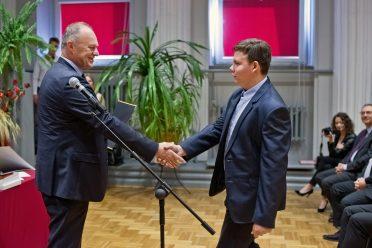 Dyrektor General Motors w Gliwicach Andrzej Korpak osobiście wręczał nagrody wyróżnionym uczniom Klasy Patronackiej Opla.