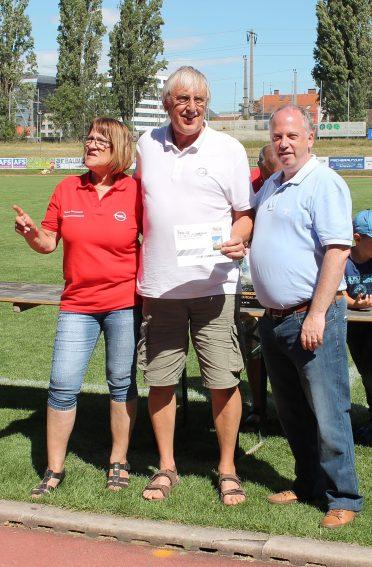 600 Tombola-Preise wurden verlost – Karl Schachner (Mitte) gewann den 2. Preis – Arbeiterbetriebsratsvorsitzende Renate Blauensteiner und Generaldirektor Paul Staes gratulierten.