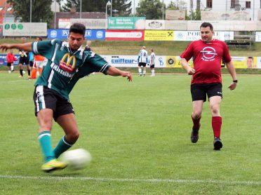 Fußballturnier am 1. Juli: die Zuschauer kamen bei den aktionsreichen Spielen auf ihre Rechnung (Ilhan Can (l.) und Werksdirektor Rafal Trojka).