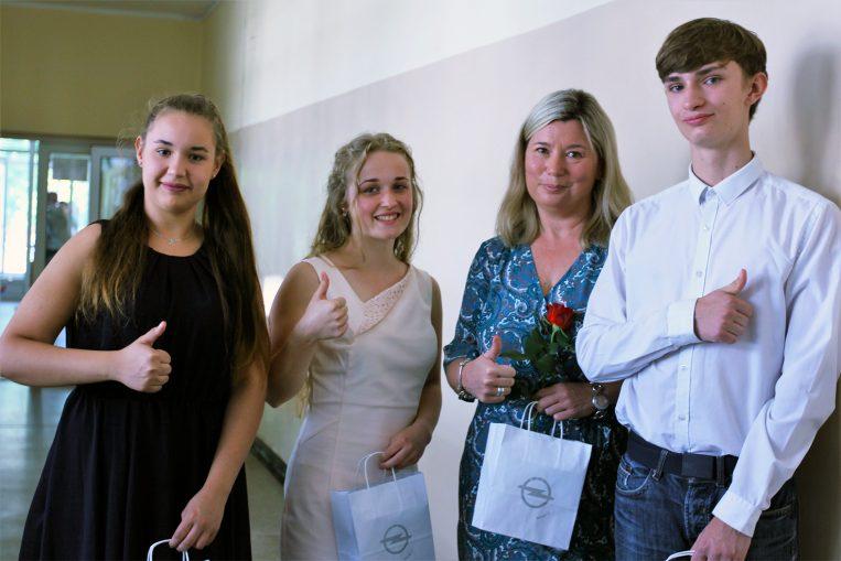 – To miłe zaskoczenie, bo wcześniej nie znaliśmy wyników zawodów. Dopiero dziś dowiedzieliśmy się, że przedstawiciele Opla obecni na uroczystości zakończenia roku przywieźli nagrody dla naszych uczniów – mówi zadowolona Edyta Łozowska, opiekunka grupy, na co dzień ucząca podstaw przedsiębiorczości, na zdjęciu wraz ze swoimi uczniami (trzecia od lewej).