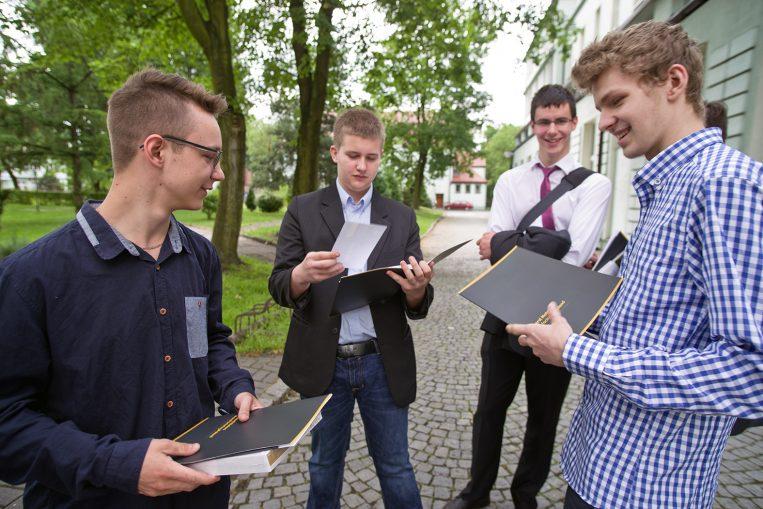 Uczniowie Klasy Patronackiej Opla chwilę po zakończeniu roku szkolnego.